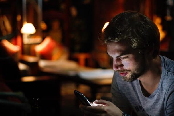 Ragazzo che usa smartphone