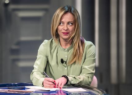 Meloni spera nelle nozze Salvini-Berlusconi. Così FdI vola e lei premier