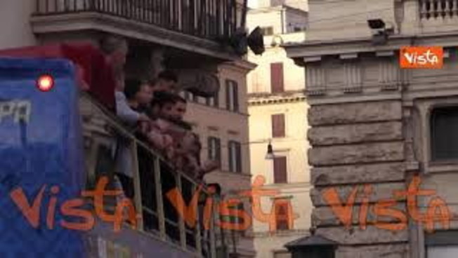 Il tripudio azzurro per le vie di Roma: il pullman scoperto di Chiellini e compagni lascia Palazzo Chigi