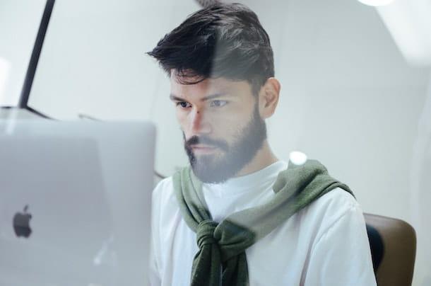 Ragazzo con MacBook